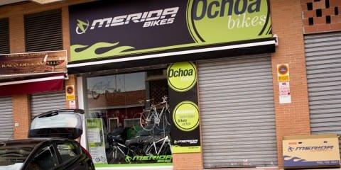 Ochoa cykler i El Campello nær Alicante, engelsktalende personale og bjerge i baghaven. © Photo: Uggi Kaldan
