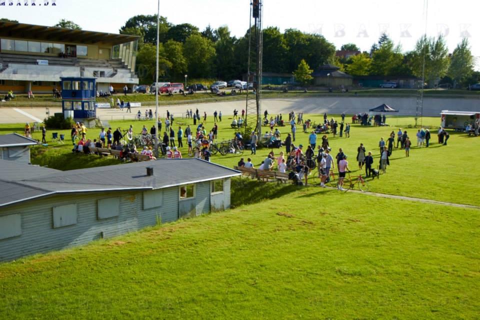 Masser af mennesker og god stemning til Kay Werners mindeløb på Aarhus Cyklebane © Foto: Mbaek.dk