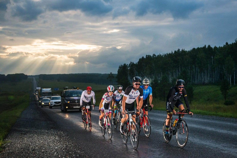Som det ses kan man følges ad i verdens længste etapeløb, her 7. etape fra Novosibirsk til Krasnoyarsk i 2015 Photo © Jaanus Ree / Red Bull